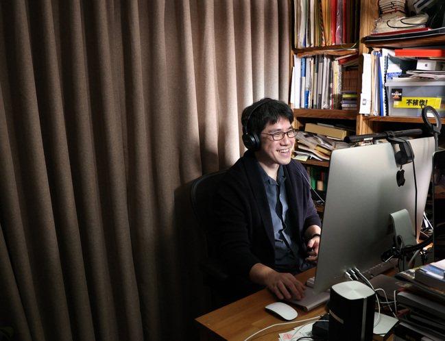 馬世芳說自己像是一個音樂的翻譯者,把歌曲想表達的轉達給廣播聽眾。攝影/林澔一