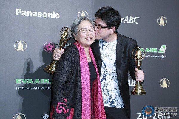2015年馬世芳(右)拿下兩座廣播金鐘獎,與母親陶曉清合影。圖/馬世芳提供