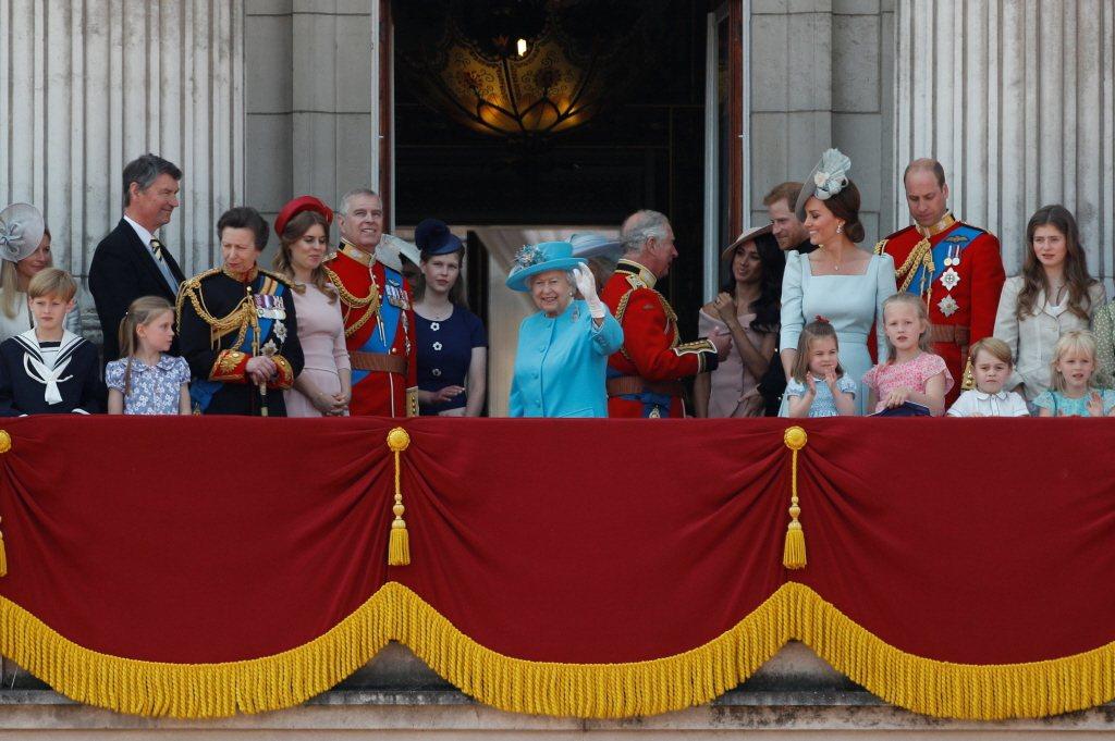 就是這場活動上,哈利(後排右四)被發現神態、表情似乎對嫂嫂凱特(後排右三)頗有不...