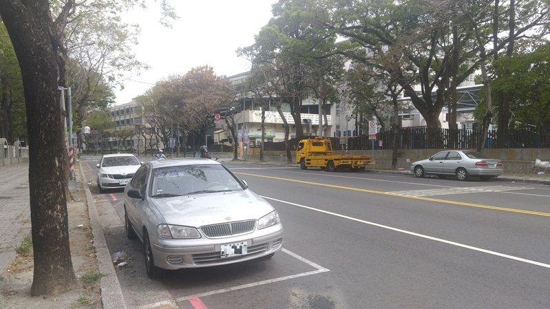 高雄市停車格政策將朝設路外停車場為主,路邊車格增設比率逐年減少。記者蔡孟妤/攝影