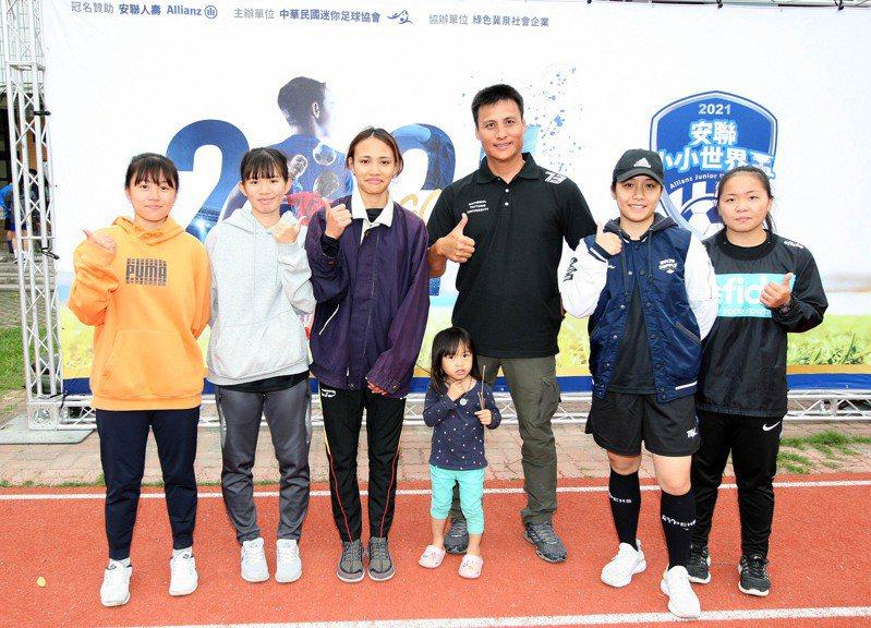 職棒退役球星王信民(右三)帶著台東大學女足隊球員前來指導。圖/迷你足球協會提供