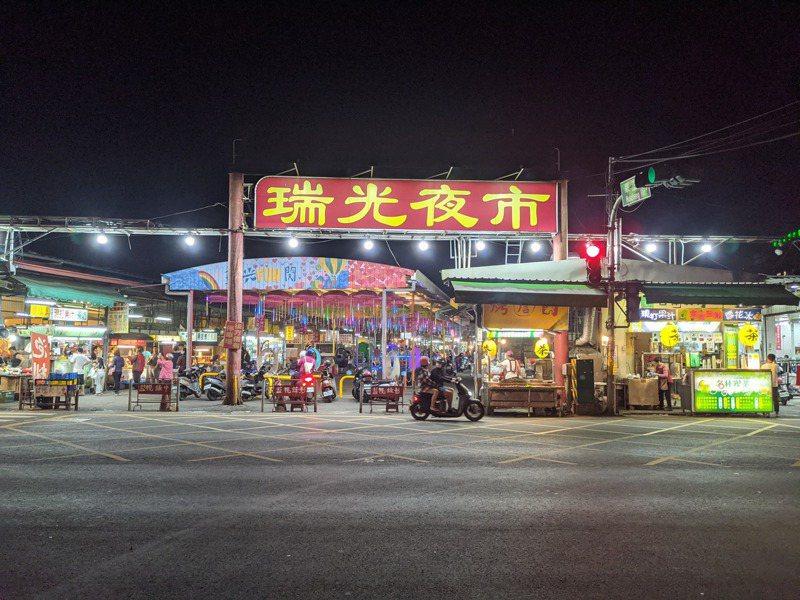 屏東市擁有20多年歷史的瑞光夜市,因土地出售,今天最後一天營業,人潮也沒有明顯增加,加上近期陸續有攤商出走,讓夜市顯得冷清。記者陳弘逸/攝影