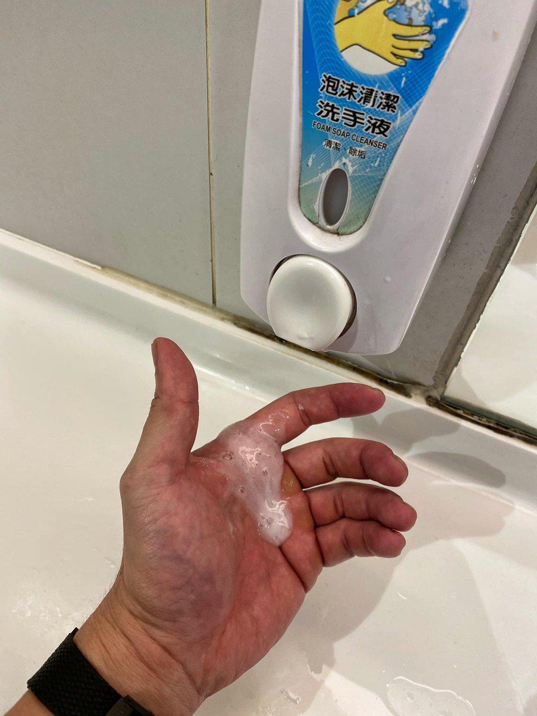 李沛旭這張洗手照,被IG、臉書警告刪除。 圖/擷自李沛旭臉書