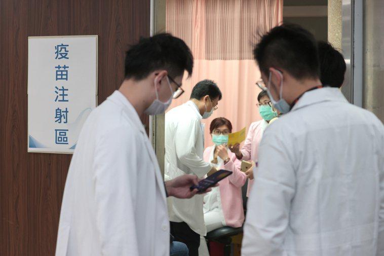 AZ新冠疫苗施打首日,醫護人員率先開打,大部分醫護人員表示感覺跟流感疫苗一樣,沒...