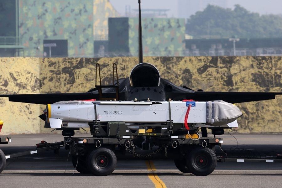 台灣將集束炸彈安裝在空射型的巡弋飛彈裡面,由IDF戰機掛載發射。 圖/聯合報系資料照