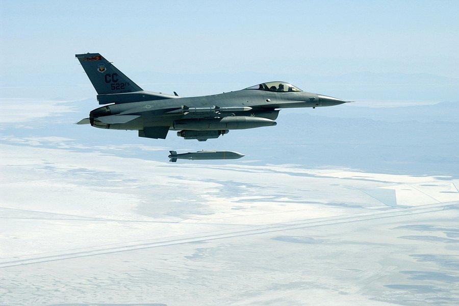 萬劍彈非常類似於美國的AGM-154聯合距外武器(JSOW)。圖為美國空軍F-16C戰鬥機拋射AGM-154聯合距外武器。 圖/維基共享