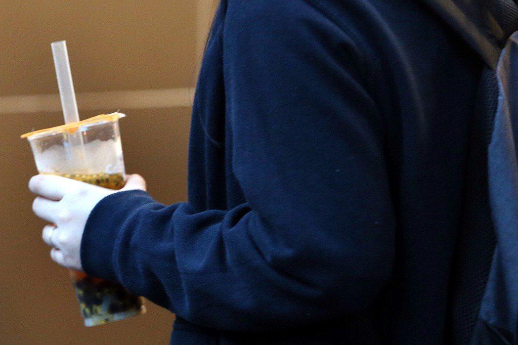 行政院環保署針對減少飲料杯使用,暫訂2大方向,一是檢討現行自備飲料杯的折扣優惠,...