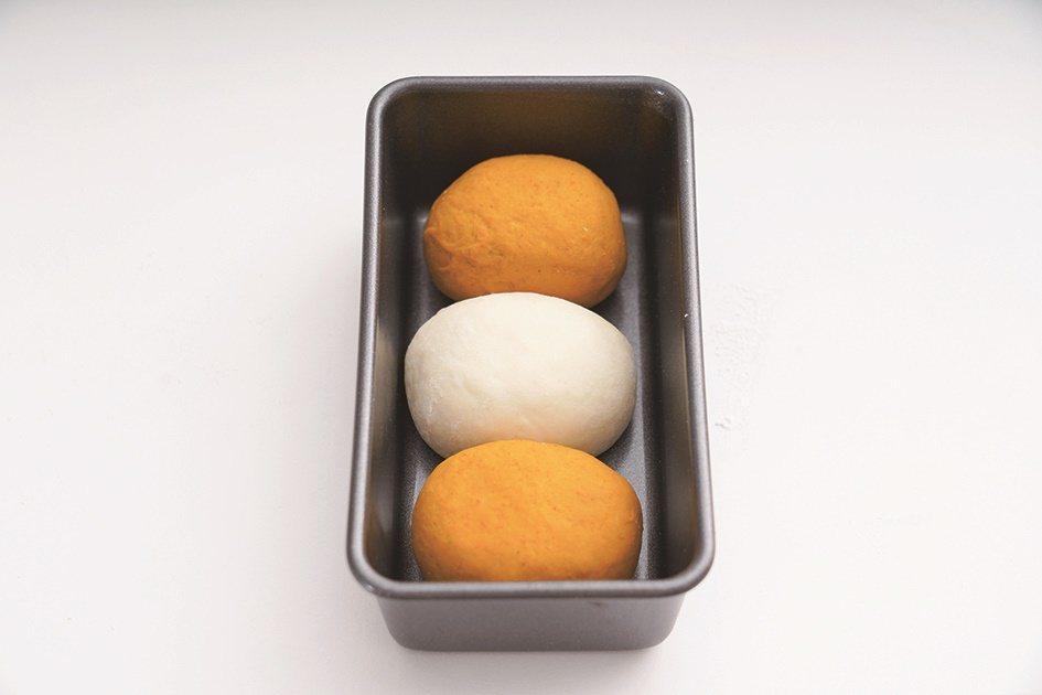兩色的大圓先塑成橢圓,再以不同顏色間距放入烤模。 圖/橘子文化提供