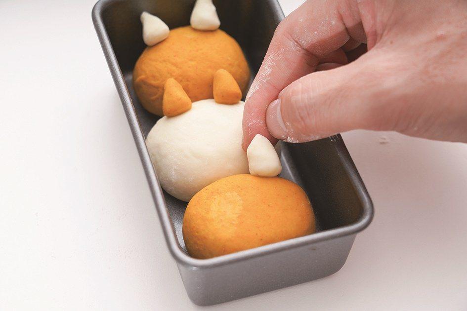 小圓塑成三角錐,抹水後黏於大圓當貓耳朵。 圖/橘子文化提供