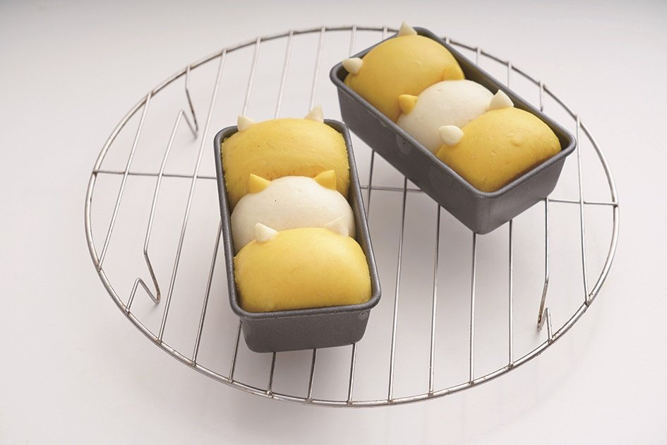取出貓咪饅頭放在涼架。 圖/橘子文化提供