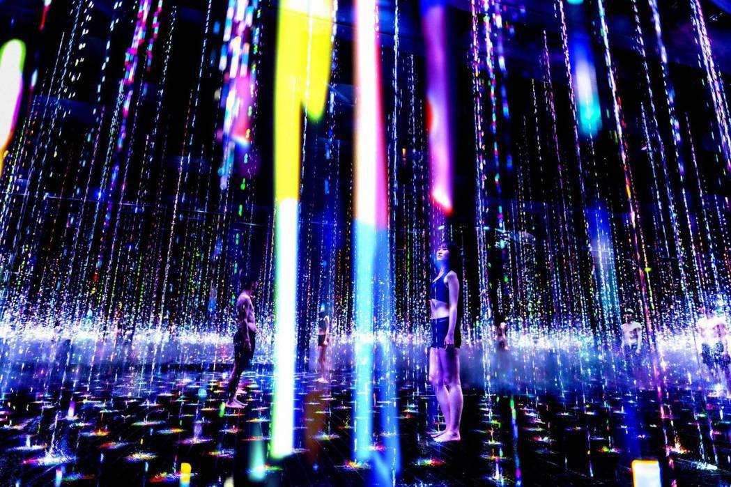 teamLab的〈轉瞬即逝的光結晶〉。 圖/teamLab