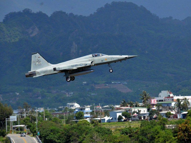 圖為台東志航基地的空軍訓練F-5E戰機。圖/本報資料照