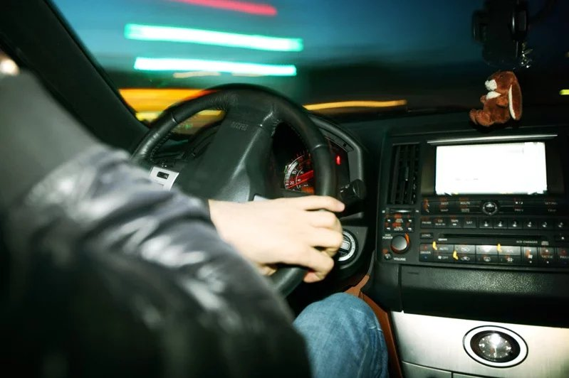 不少人在買車或買房時,會選擇用貸款的方式,但有些人認為一次付清可以省利息。 圖/ingimage
