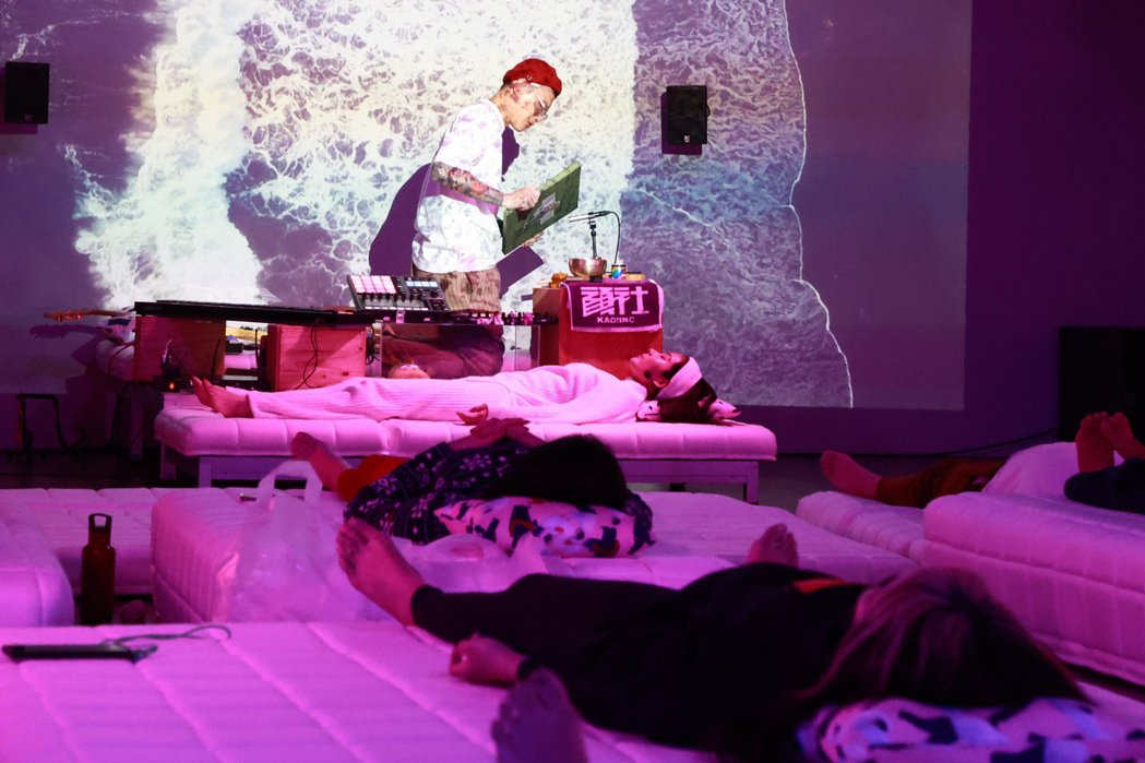 這場「DREAM YOGA」沈浸式體驗,舒服的意圖使人入睡。 林伯東/攝影