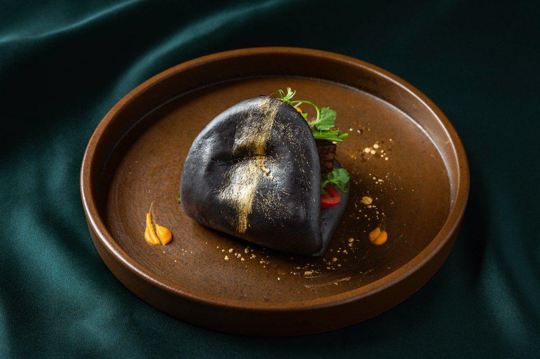 流星黑金手工刈包,天然竹炭製成的麵皮,搭配精選肉餡與鮮蔬,最後抹上一橫日本金星粉...