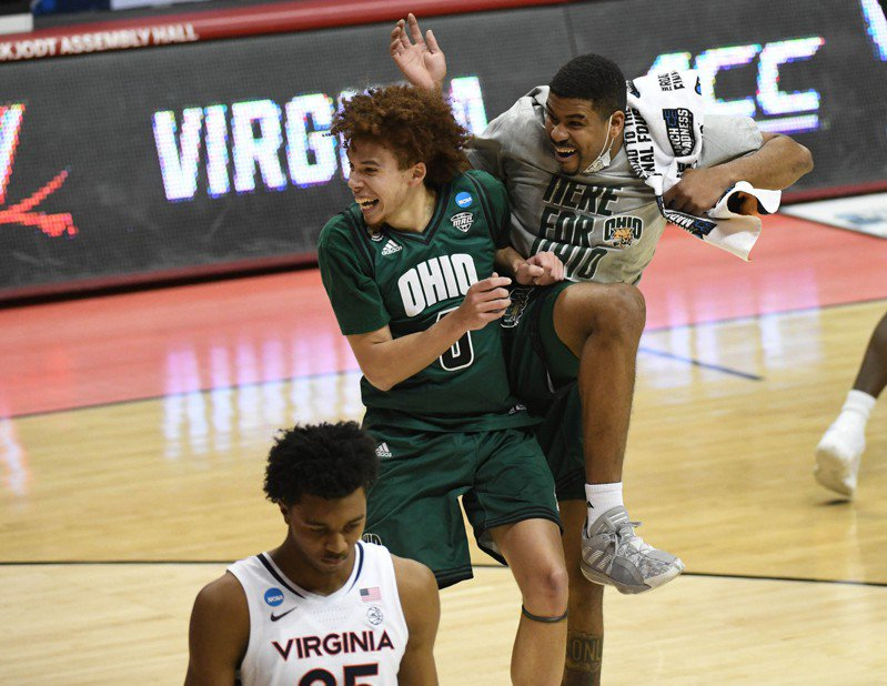 普萊斯頓(中)繳出11分、13籃板、8助攻的「準大三元」數據,幫球隊擊敗第4種子的衛冕軍維吉尼亞大學,在全美引發關注。 路透社