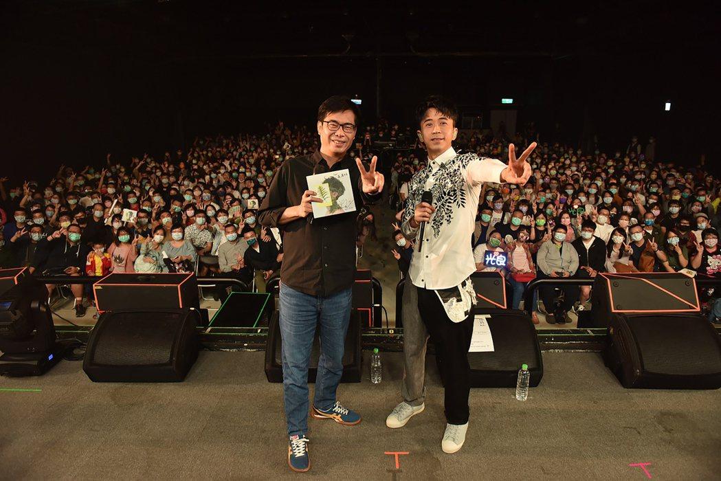 歌手光良(右)在高雄流行音樂中心LIVE WAREHOUSE舉辦「絕類」新歌首唱