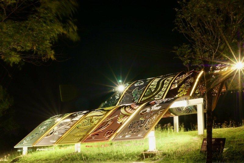 台!繡妝:以繡布妝點草坡,融合中華祥獸的台灣民間信仰,以紙雕呈現織品的柔和。