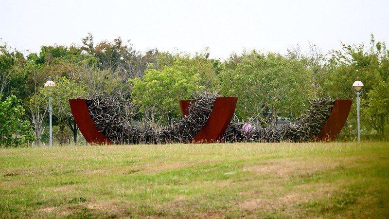 花藝藝術家林惠理 作品《微笑.舞動》:以植物為創作核心,以南院大地為基底,光與影、亮面與暗面,交織植物而成的立體型態。