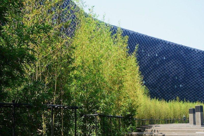 西側牆面由大小不同3萬6000多片鑄鋁圓盤外掛於弧型牆面所構成,當夕陽柔和光線照射下,牆面上會有龍形意象。