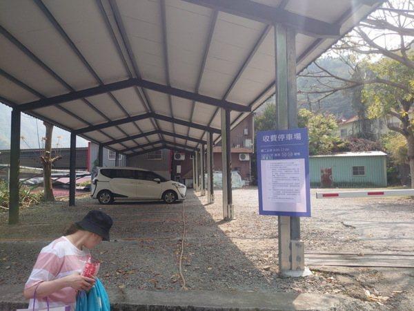 空無一人的停車場