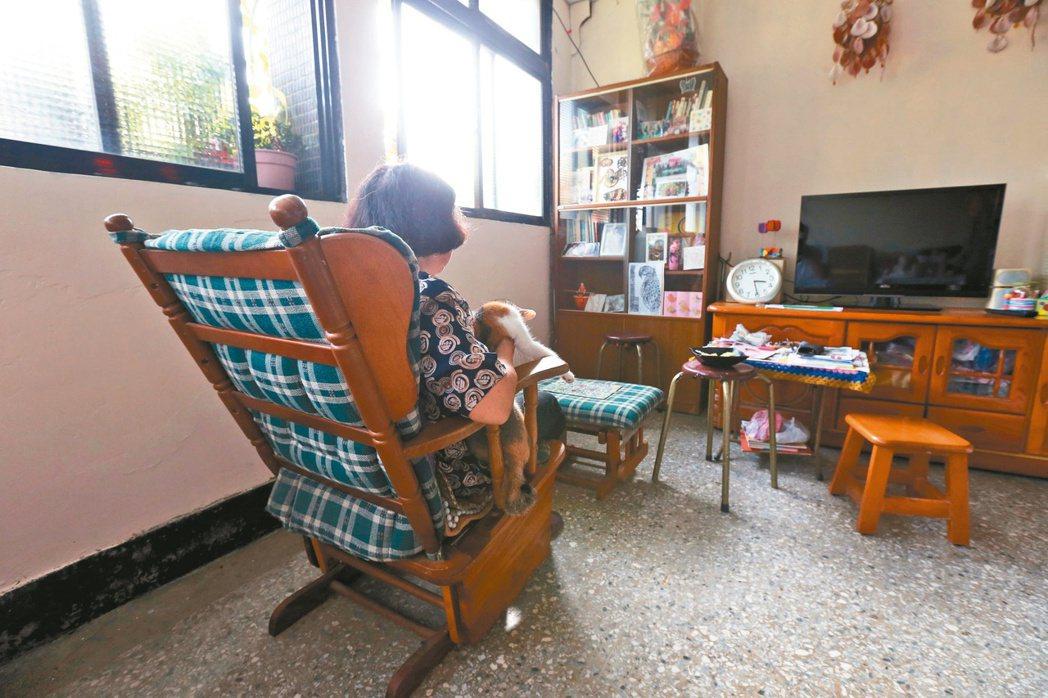王奶奶的世界只有一隻老貓相伴,守著滿室孤寂,出門對她而言,是一 件難如登天的事。...