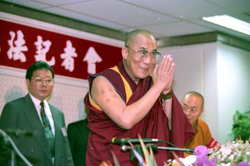 西藏精神領袖達賴喇嘛(中)抵台,在高雄小港國際機場舉行記者會,展開為期6天的「台灣之旅」。圖/聯合報系資料照片