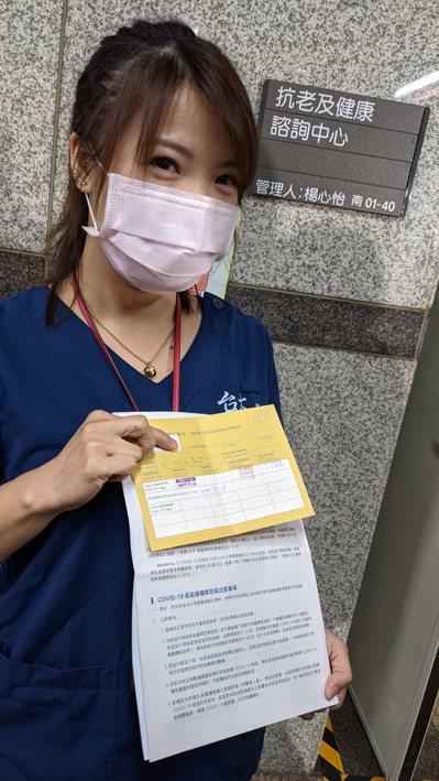 年約三十歲的急診科張護理師勾選全部廠牌的疫苗都願意打,血栓事件也不影響信心。記者...