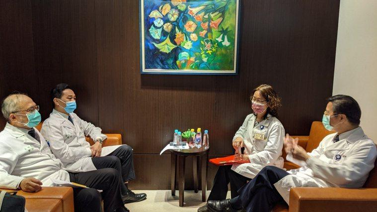 左起為台大醫院院長吳明賢、副院長婁培人、感染科主任陳宜君、台灣大學副校長張上淳。...