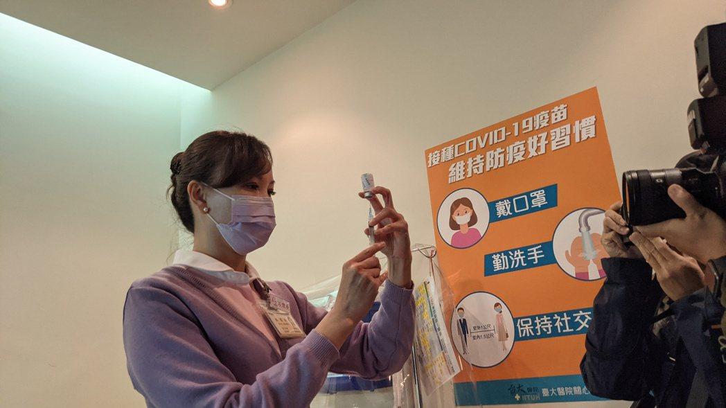 台大醫院8000多位醫護人員逾七成願打疫苗,當中有1700多位願意施打AZ疫苗,...
