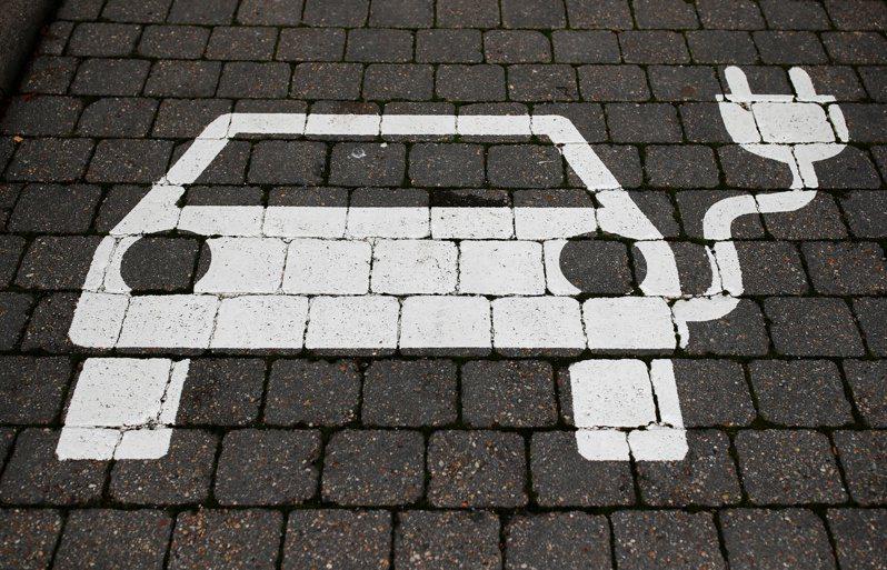 多數市售電動車製造的溫室氣體,會比燃油車少得多,但這主要視充電過程中燒了多少煤而定。圖為德國格林海德市的一處電動車停車標誌。路透