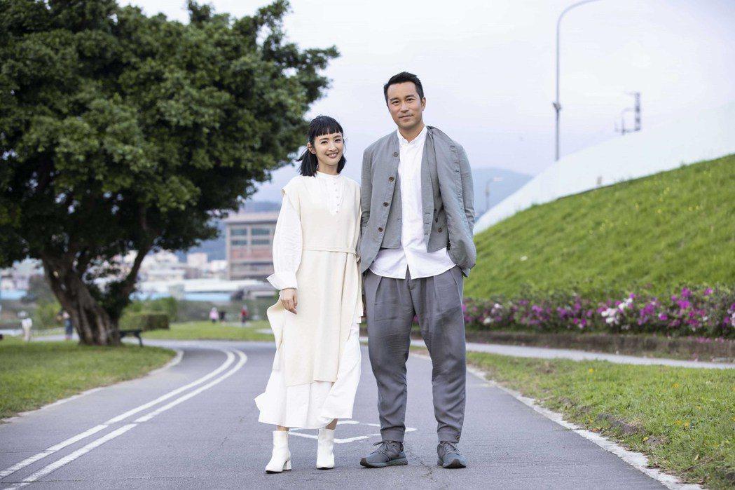 張孝全(右)跟林依晨合作出演「各自安好」MV。圖/相信音樂提供