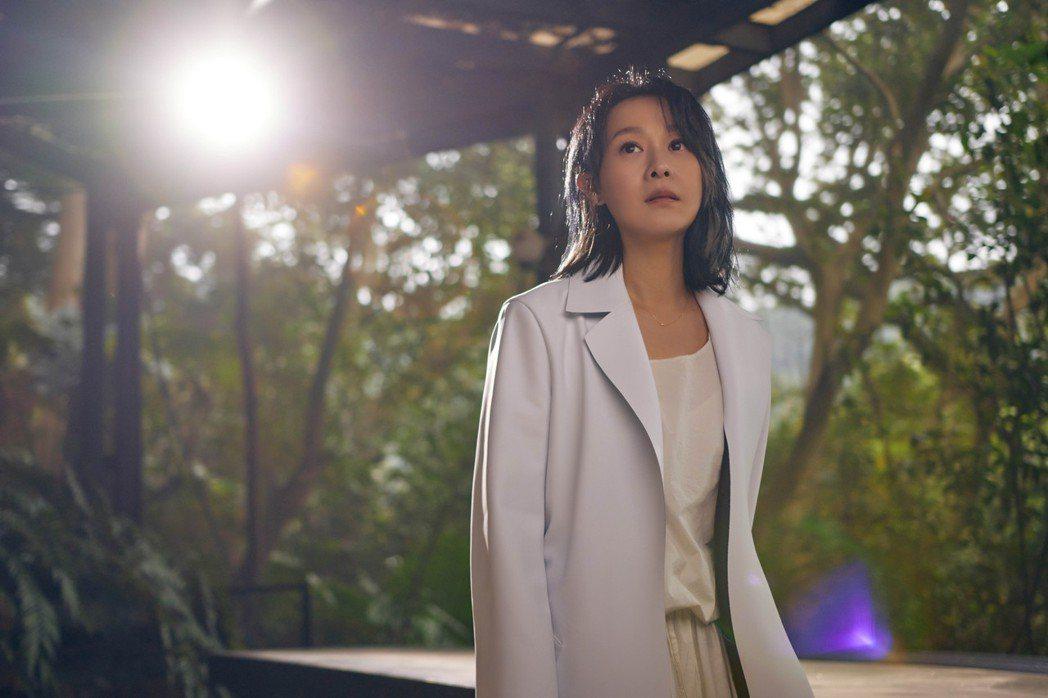 劉若英推出全新專輯「各自安好」,收錄寫真的珍藏版限量預購中。圖/相信音樂提供