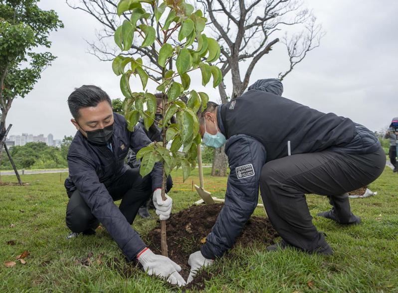 新竹市府規畫在生命紀念園區羽化館前方設置1.1公頃的首座環保自然葬園區「詠生樹」,提供5354個穴位,今天完工啟用