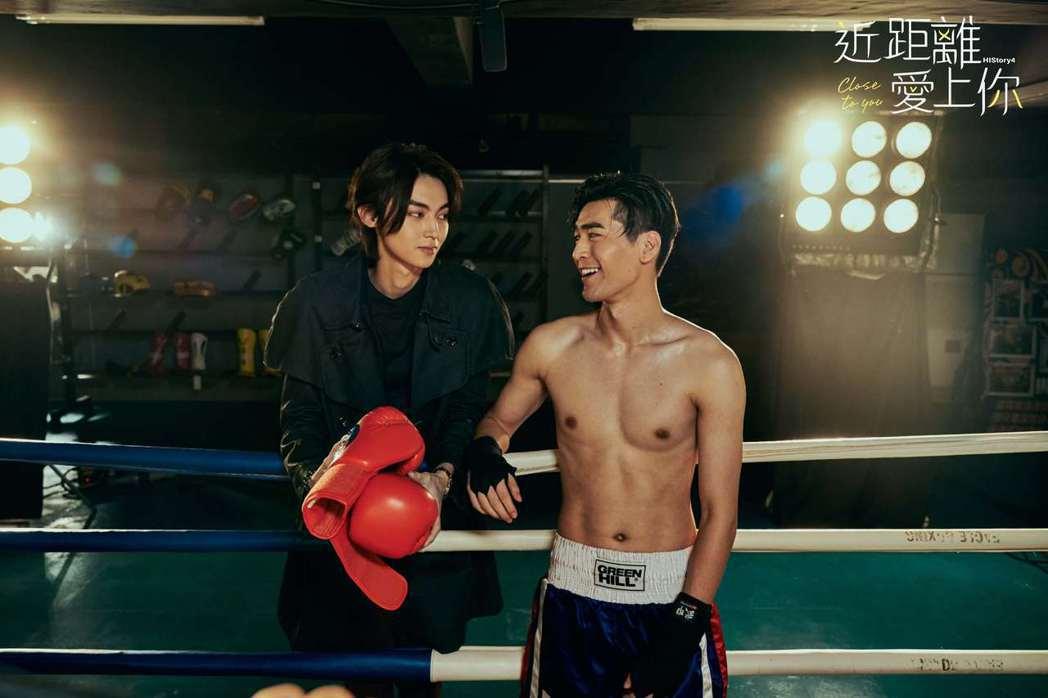 涂善存(右)裸肌打拳擊。圖/LINE TV提供