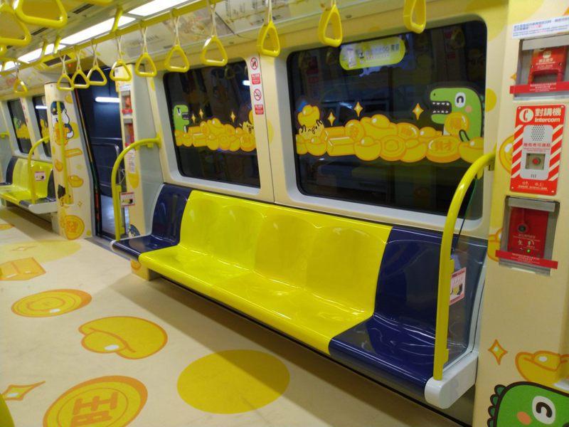 捷運每節車廂鄰近開門側,以顏色區別設置博愛座。圖/北市捷運局提供
