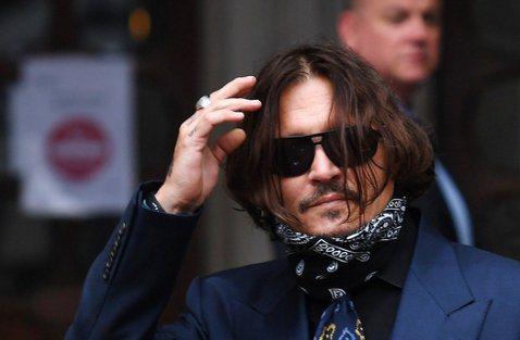 好萊塢巨星強尼戴普(Johnny Depp)的家又出事了!他近日位於好萊塢的豪宅又遭歹徒入侵,警方接獲保全通知趕到現場,發現一名流浪漢竟悠哉地在浴室洗澡,警方敲門警告失敗,最後只好破門逮捕。據美國「...