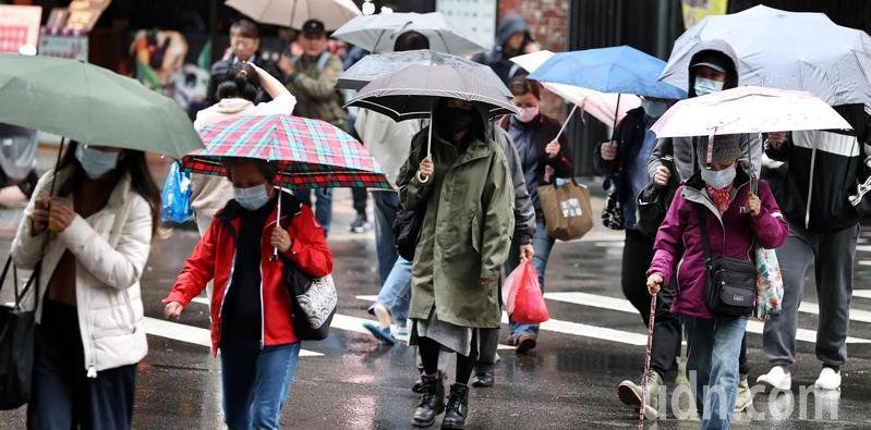 受大陸冷氣團及帶有水氣的鋒面影響,北台灣整天溼冷,外出民眾紛紛穿著保暖厚外套禦寒。記者侯永全/攝影