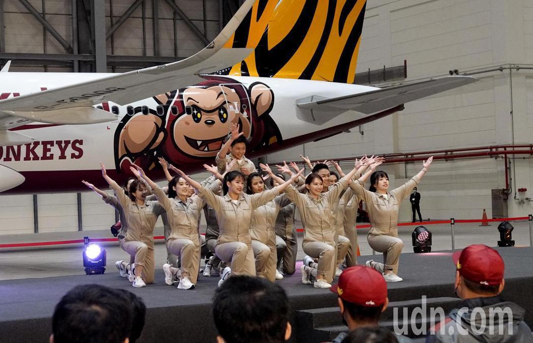 台灣虎航與中華職棒Rakuten Monkeys樂天桃猿隊合作推出的彩繪機昨天亮...