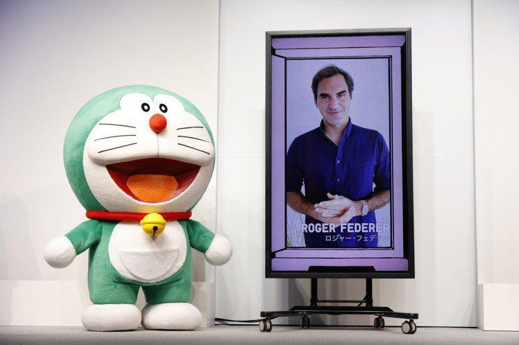 綠色版哆啦A夢與網球天王費德勒透過視訊方式同框。圖/UNIQLO提供