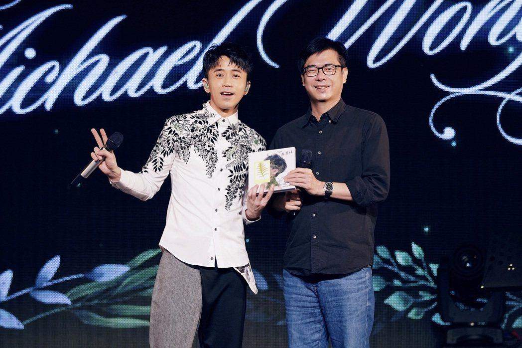 光良(左)和高雄市長陳其邁即興對唱。圖/星娛音樂提供
