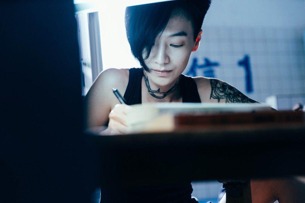 陽靚演出為愛執著的刺青師「杜小鳳」。圖/金禾創意提供