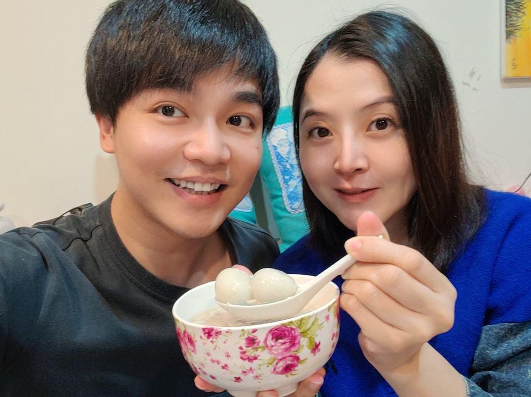 張峰奇(左)與李亮瑾迎接兒子出生。圖/摘自臉書