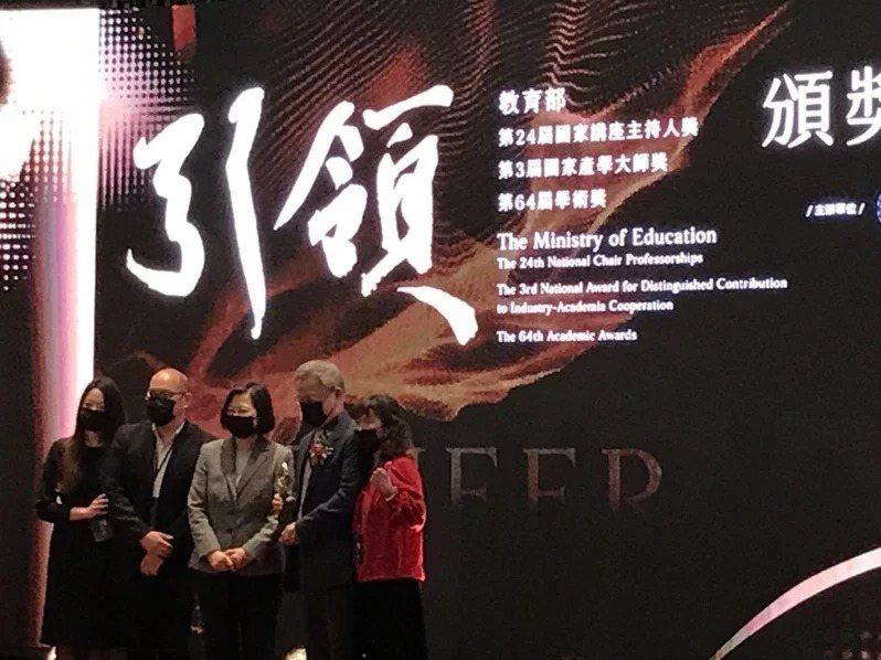 清華大學教授江安世(右二)二度獲頒教育部國家講座主持人,與家人一同上台接受總統蔡英文(中)頒獎與合影。記者潘乃欣/攝影