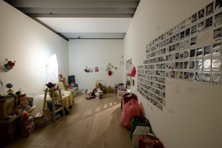 藝術家賈茜茹的《物品命名計畫》透過提取日常物件,與觀眾交換影像和名字,將現成物件...