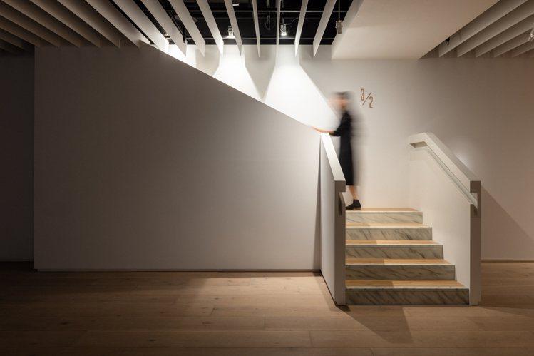 廖建忠首度亮相的新作《3/2》透過擬真手法打造出從2F展場通往3F虛空的樓梯。圖...
