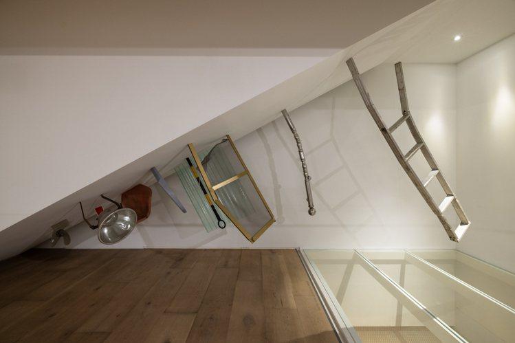 石孟鑫的作品《T》設置在忠泰美術館樓梯下方傾斜的牆面,以熟悉的生活物件,文化測量...