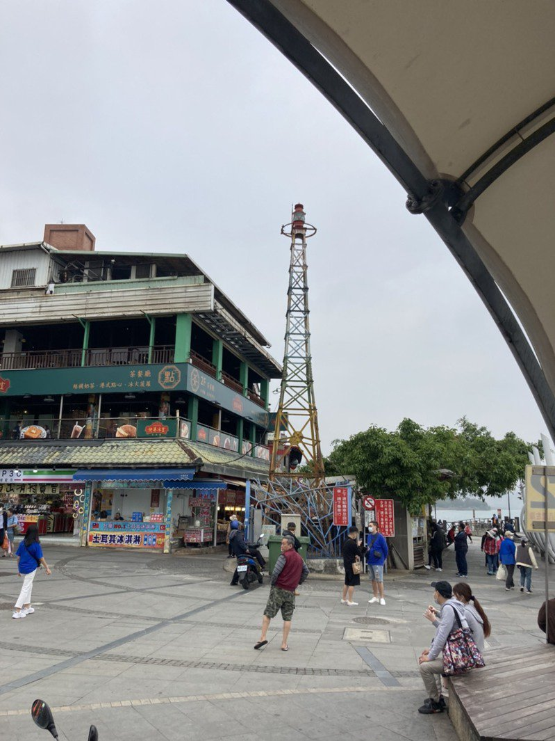 淡水渡船頭燈桿有108年歷史,對淡水人意義重大,地方擔心燈桿會因輕軌工程遭拆除,已向文化局提報文化資產。記者張睿廷/攝影