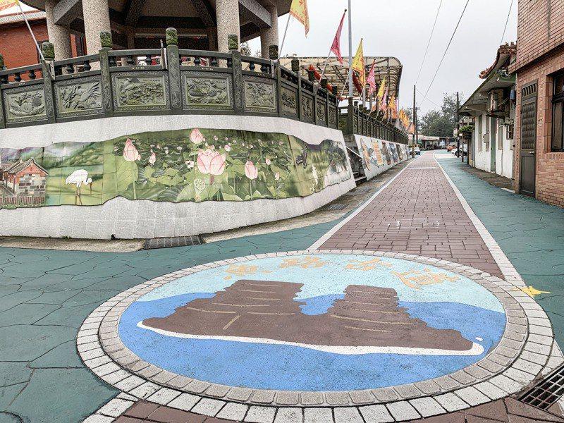 魚路古道起點位於新北金山的磺港,金山區公所在該路段增繪陶板、磺港漁港村落馬賽克磚拼貼牆。記者王敏旭/攝影