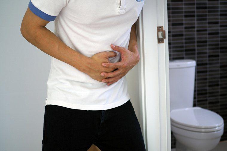 潰瘍性結腸炎常見有腹瀉問題,常合併解出黏液、便血、腹絞痛、腹脹、惡心、嘔吐。圖╱...